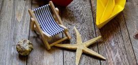 Kleiner Liegestuhl, Muschel, Seestern, Papierschiffchen.