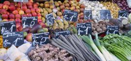 Frisches Gemüse an einem Marktstand
