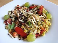 Couscous-Salat mit Tomaten, Sesam, Trauben und mehr