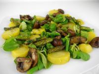 Vogerlsalat (Feldsalat) mit Kartoffeln und gebratenem Gemüse