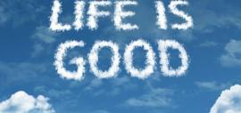 Life is good - als weißer Schriftzug auf einem blauen Himmel
