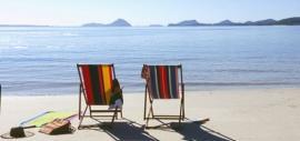 2 Liegestühle am Meer (Foto)