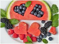 Herzförmige Wassermelone und Beeren (Foto)