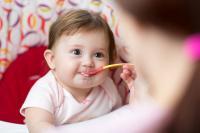 Baby isst Brei (Fotolia)