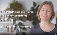 Ausschnitt aus dem Video mit Katharina zum Kinderwunsch. Text: In der TCM sind die Nieren für die Fortpflanzung zuständig. TCM-Kräuter, Ernährung.