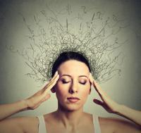 Frau mit geschlossenen Augen und Fragezeichen über ihrem Kopf.
