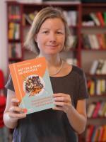 Foto von Katharina mit ihrem neuen Buch in den Händen