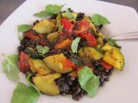 Schwarzer Linsensalat mit Tomaten, Zucchini und Basilikum