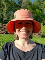 Foto von Katharina mit rotem Hut in der Sonne