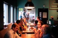 Foto von Menschen, die im Restaurant essen (von Pixabay)