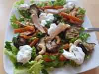 Foto vom Salat mit Ofengemüse und Räucherfisch, Cashews und Jogurtsauce