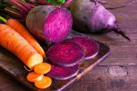 Foto von Karotten und Roten Rüben auf einem Brett aufgeschnitten