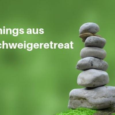 Foto eines Steinestapels vor grünem Hintergrund (pixabay, von Karen Arnold)