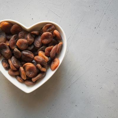 getrocknete Aprikosen in einem herzförmigen Schüsselchen, von Fotolia