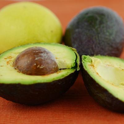 Foto einer aufgeschnittenen Avocado