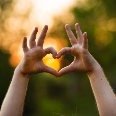 Foto von zwei Händen, die ein Herz formen