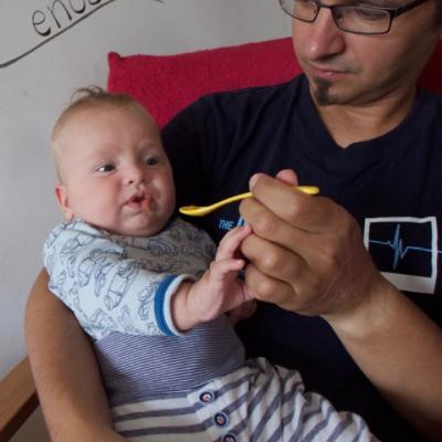 Ein Vater füttert sein Baby (Foto, Quelle: Nadine Hilmar)