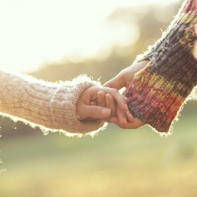 Foto von zwei Händen, die sich halten