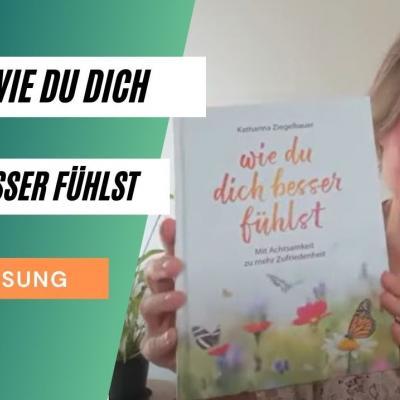 Wie du dich besser fühlst, Lesung, Bild von Katharinas Händen, die das Buch in die Höhe halten
