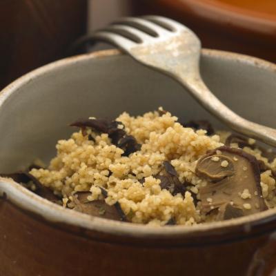 Foto eines Tellers mit Couscous und Pilzen drin