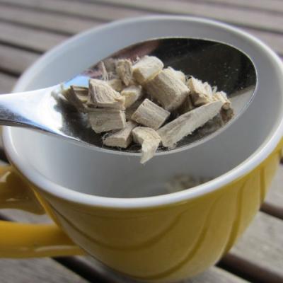 Foto einer Teetasse mit Eibischwurzel im Löffel