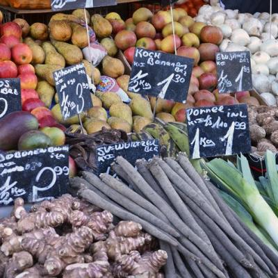Foto eines Marktstandes mit Gemüse