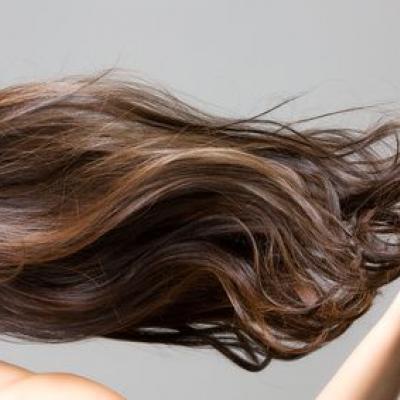 Foto von langen braunen Haaren, die seitwärts wehen