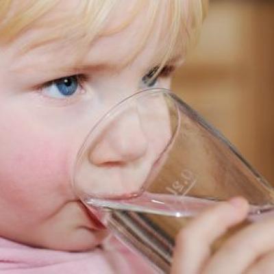 Ein Kind trinkt Wasser (Foto von fotolia)
