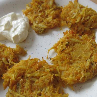Kürbis-Kartoffel-Laibchen mit Sauerrahm