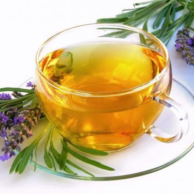 Foto von einer Tasse Tee mit Lavendelblüten daneben