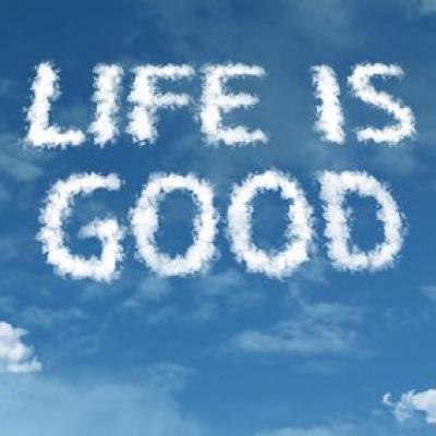 Life is good - im blauen Himmel in die Wolken geschrieben (Fotolia)