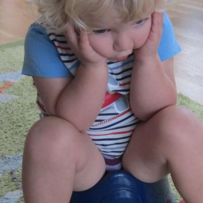 Kind sitzt auf dem Topf - Verstopfung betrifft viele Kinder