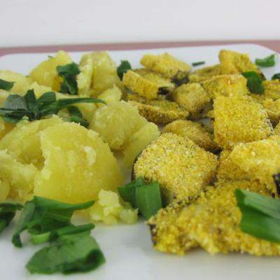 In Polenta gebackene Melanzani mit Kartoffeln und Bärlauch
