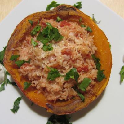 Foto einer überbackenen Kürbishälfte, gefüllt mit Tomatenreis