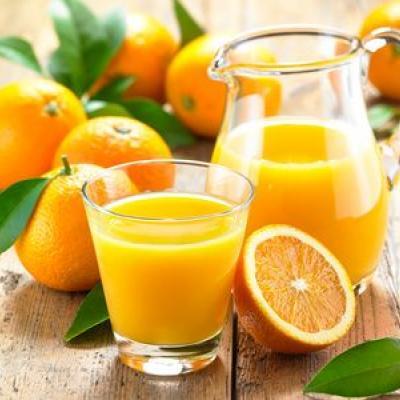 Foto von Orangen und Orangensaft