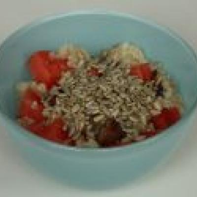 Wassermelonen-Reis mit Sonnenblumenkernen und Datteln - ein tolles Sommer-Frühstück