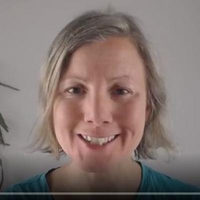 Katharina im ersten Video der 5-Elemente-Reihe