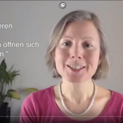 """Ausschnitt aus dem Video mit Katharina zum Tinnitus, Einblendung: """"Die Nieren öffnen sich in die Ohren."""""""