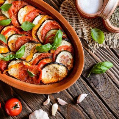 Foto von geschichteter Aubergine und Tomate als Ratatouille