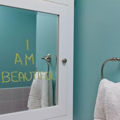 Foto eines Spiegels im Badezimmer, auf dem geschrieben steht: I am beautiful.
