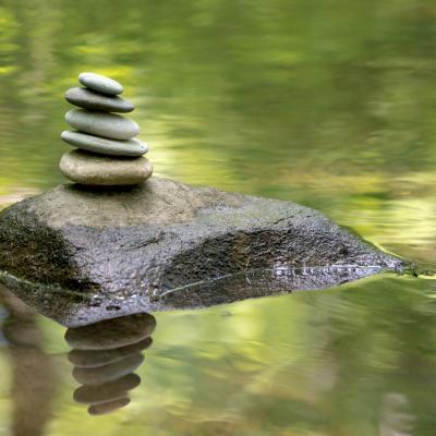 Foto von Steinen im Wasser, die aufeinander gestapelt sind